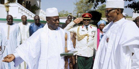 Le président gambien, Yahya Jammeh, à gauche, avec son homologue nigérian à droite, Muhammadu Buhari, à Banjul, le 13 janvier 2017. © Bayo Omoboriowo/AP/SIPA