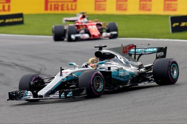 Lewis Hamilton a réussi à tenir face à Sebastian Vettel. (Reuters)