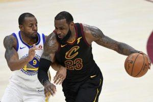 LeBron James et les Cleveland Cavaliers ont été dominés par les Golden State Warriors sur leur parquet. (Reuters)